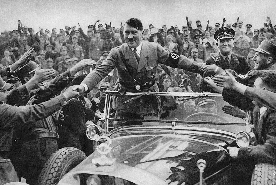 Публично Гитлер не критиковал Вильгельма, всячески подчеркивая преемственность империи Гогенцоллернов Третьим рейхом. За глаза же фюрер называл бывшего кайзера «старым глупцом»