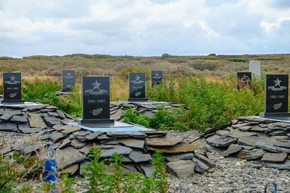 Российские школьницы осквернили кладбище