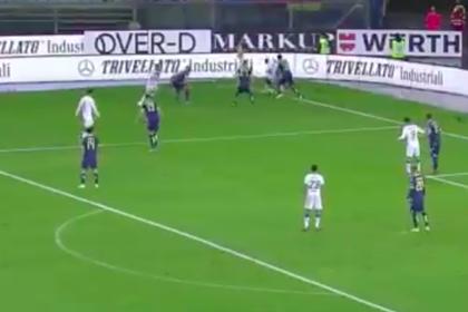 Футболист в ярости решил уйти с поля из-за расистов, вернулся и забил в девятку