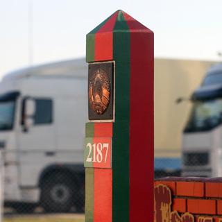 Пограничный столб на территории пограничного КПП «Козловичи» в Брестской области