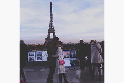 Туристка целовалась с незнакомцами ради эффектных фото и прославилась