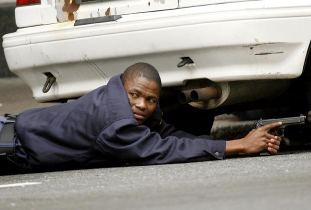 Полицейский в центре Кейптауна во время инцидента с захватом заложников