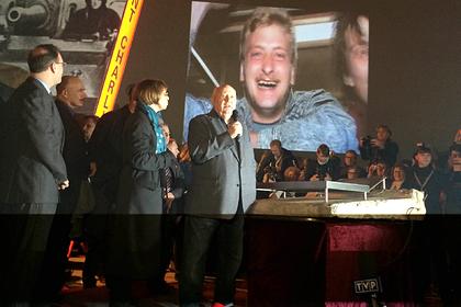 Михаил Горбачев (справа на первом плане) выступает в Берлине на праздновании 25-летия падения Берлинской стены