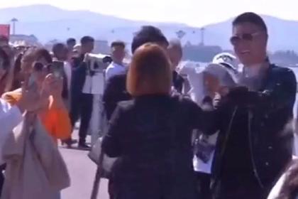 Туристы схватили птицу и насильно скормили ей хлеб ради фото