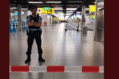 Чрезвычайную ситуацию в аэропорту Амстердама связали с захватом захложников