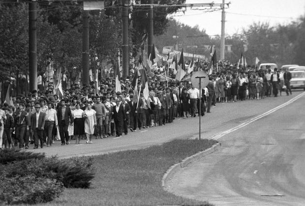 Члены Народного фронта Молдавии перед митингом