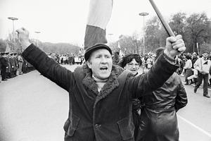 Экстремисты из Народного фронта Молдавии преградили путь военной технике, идущей на парад. 1989 год