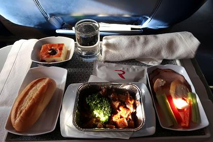 Россияне объяснили преимущество еды из дома для перекуса в самолете