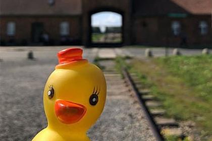 Позитивное фото из Освенцима разгневало пользователей соцсетей