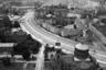 К 1975 году обычную стену с колючей проволокой заменили на целый комплекс пограничных сооружений: со стороны ГДР снесли многие жилые здания и организовали хорошо освещенную запретную зону. С другой стороны первой стены была металлическая сетка с сигнализацией, полоса с металлическими шипами против автомобилей, затем — полоса песка, на котором остаются следы нарушителей границы, а после — еще одна стена с колючей проволокой.  <br></br> В обычный день на границе несли службу приблизительно 2,3 тысячи человек. Всего берлинская пограничная служба ГДР насчитывала 11,5 тысячи военных и около 500 гражданских. В конце 80-х ко всему этому планировали добавить видеокамеры, датчики движения и даже дистанционно управляемые пулеметы.
