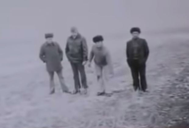 Николай Джумагалиев (второй справа) на следственном эксперименте