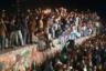 Осенью 1989 года стена уже потеряла важность: на фоне объявленной в СССР перестройки Венгрия полностью открыла границы, и через ее территорию в ФРГ хлынули десятки тысяч жителей Восточной Германии. 4 ноября в Восточном Берлине начались массовые протесты с требованиями гражданских прав и свобод.