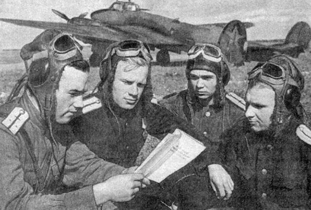 Летчики 12-го гвардейского полка пикирующих бомбардировщиков в перерыве между полетами