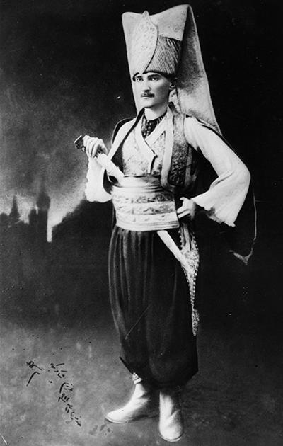 Мустафа Кемаль Ататюрк позирует в форме янычара, которая не менялась на протяжении нескольких веков