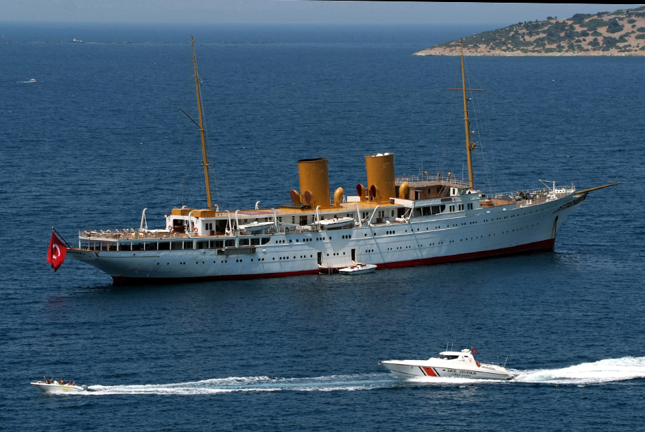 MV Savarona на момент спуска на воду в 1931 году была крупнейшей яхтой на планете. Ее длина составляет 136 метров, что позволяет ей входить в двадцатку крупнейших яхт мира и в 2019 году