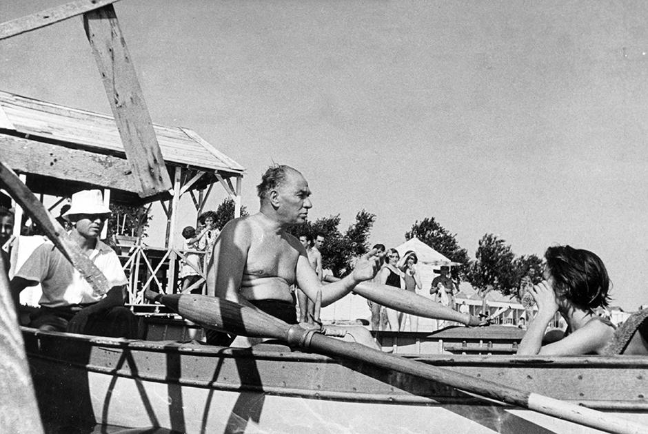 Ататюрк личным примером призывал турок к вестернизации своего поведения. Будучи пожилым человеком, он не стеснялся появляться на публике в плавках, окруженный женщинами в купальниках
