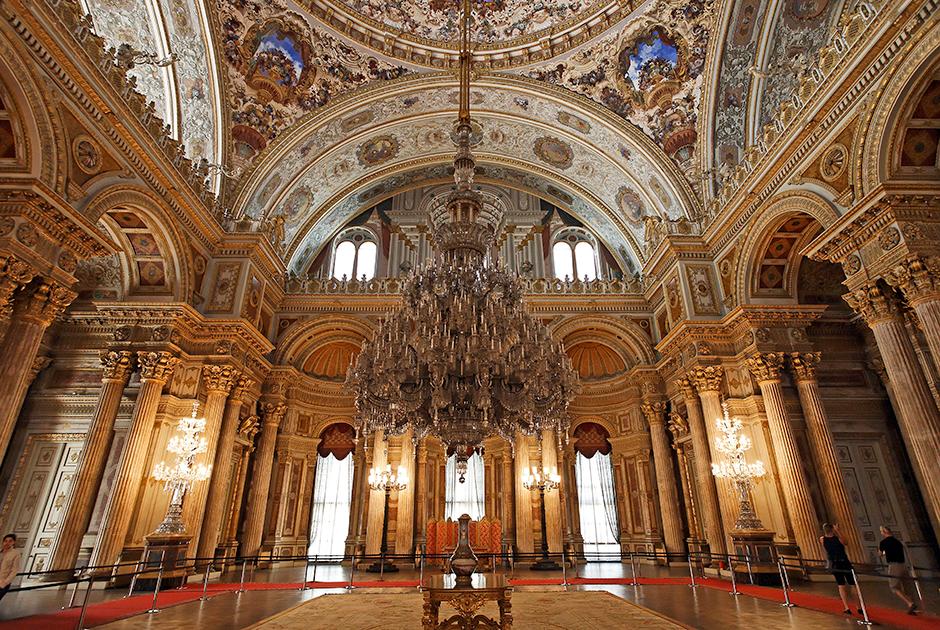Один из церемониальных залов дворца с огромной хрустальной люстрой