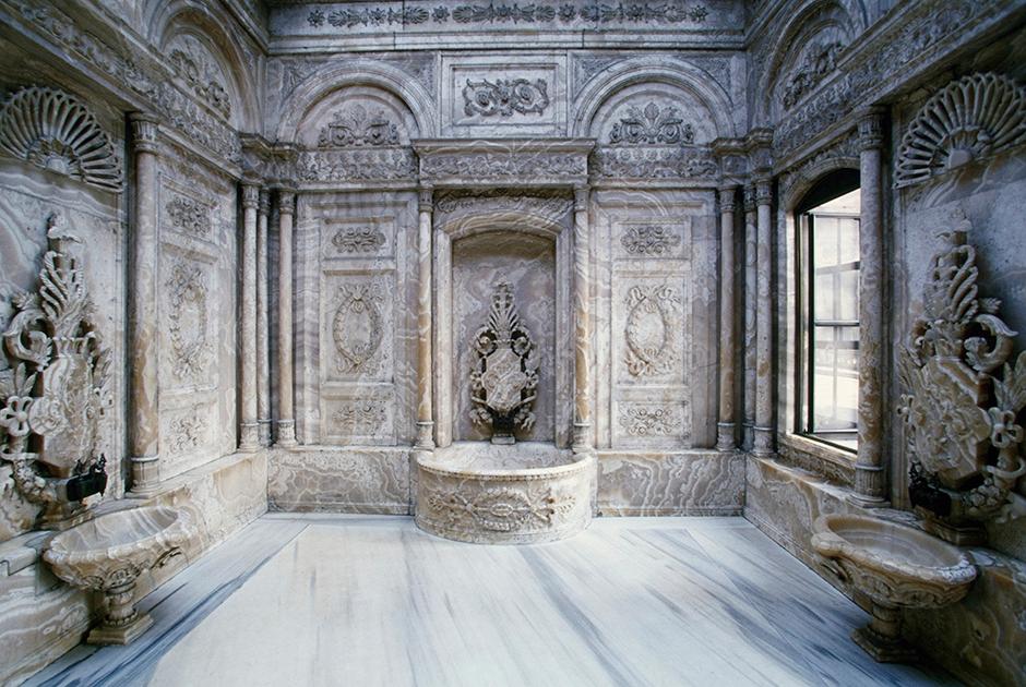 Дворец был построен в 1843-1856 годах в современном стиле, но сохранил некоторые характерные черты османской архитектуры. Например, неподалеку от тронного зала располагался хамам для султана