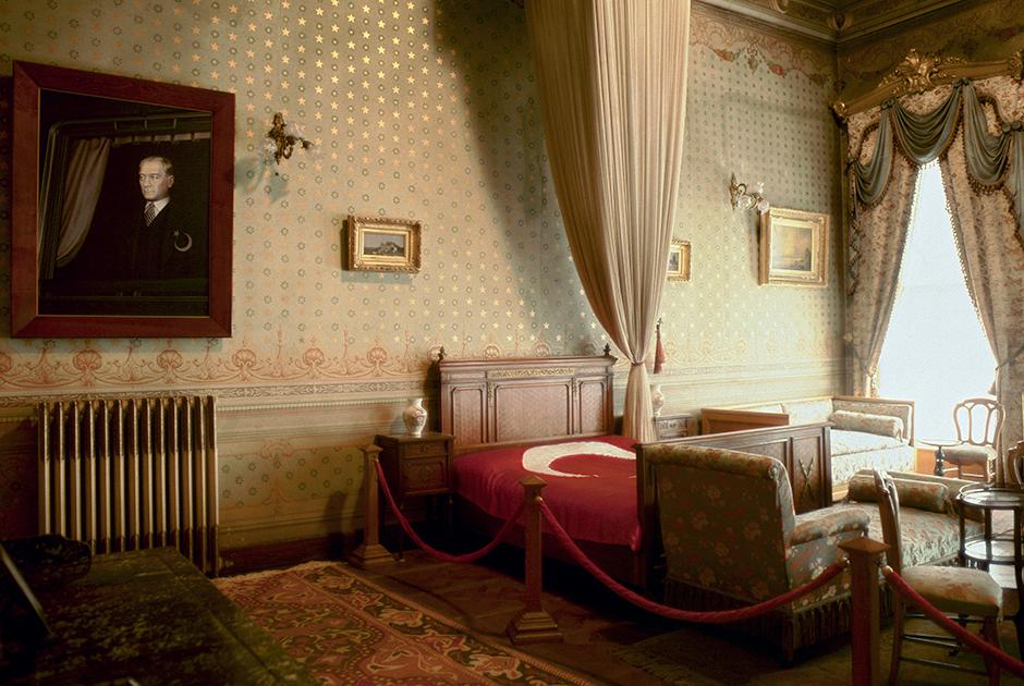 Спальня Ататюрка во дворце Долмабахче сохранена в том виде, в каком была при Мустафе Кемале