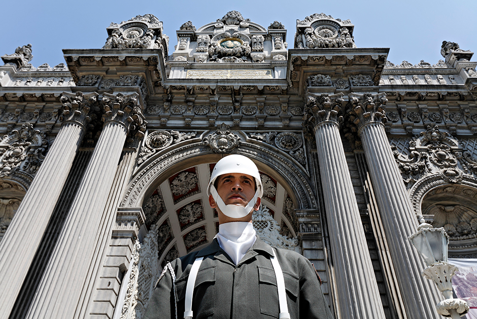 Почетный караул у главного входа в дворец Долмабахче, который находится в стамбульском районе Бешикташ