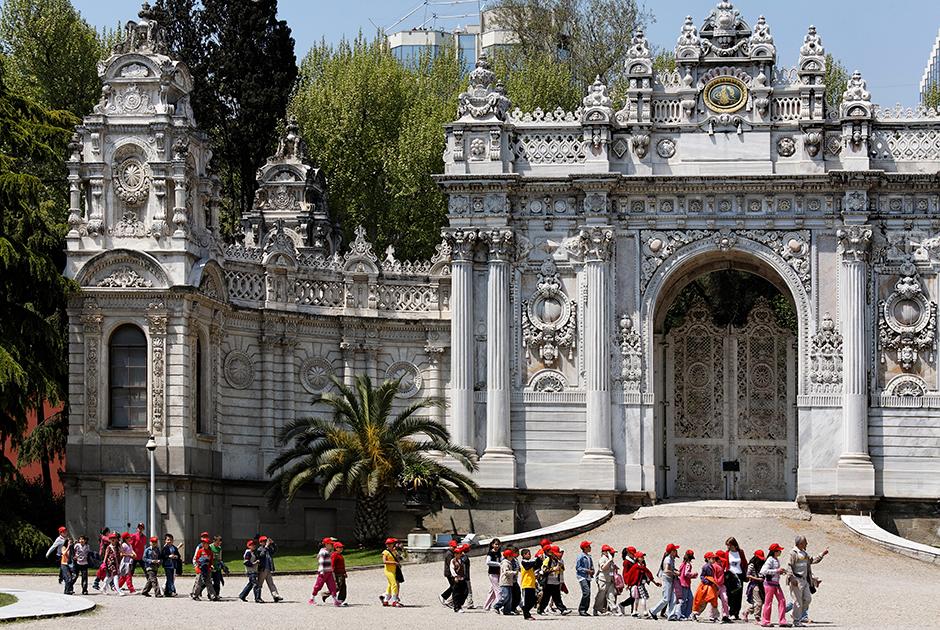 Дворец Долмабахче стал главной резиденцией султанов в XIX веке. Унаследовал его после прихода к власти и Ататюрк