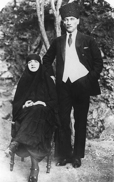 Ататюрк и его единственная жена Латифе Ушаклыгиль, с которой он был в браке с января 1923 по август 1925 года. Латифе стала первой женой турецкого правителя, которая появлялась на публике и вела активную жизнь