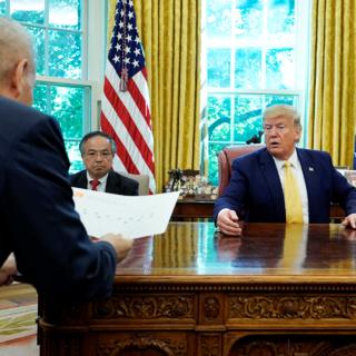 Дональд Трамп на встрече с  вице-премьером Китая Лю Хэ