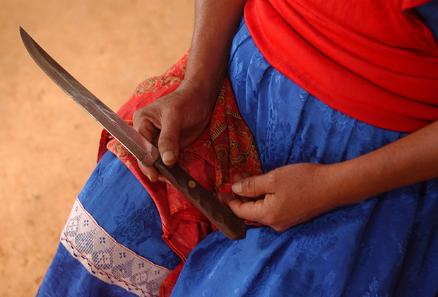 Инес Рамирес показывает нож, который она использовала при кесареве сечении