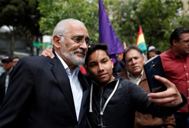 Карлос Меса фотографируется со своим сторонником