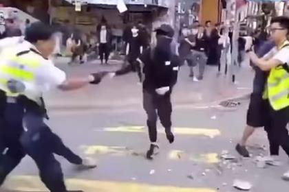 Полицейский расстрелял в упор протестующих в Гонконге
