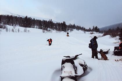 Двух туристов на снегоходе накрыло лавиной в российских горах