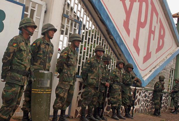 Боливийские солдаты защищают нефтяной завод от недовольных политикой Моралеса, 2008 год