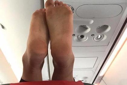 Пассажир самолета закинул грязные ноги на соседнее кресло и смутил попутчицу