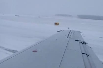Посадка выкатившегося за пределы обледеневшей полосы самолета попала на видео