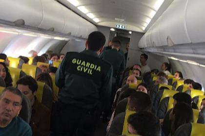 Безбилетный пассажир закрылся в туалете самолета и вызвал панику на борту