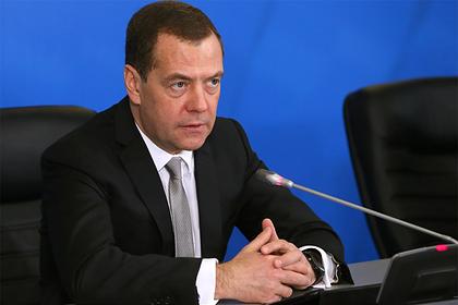 Медведев в шутку предложил привиться от лихорадки Эбола
