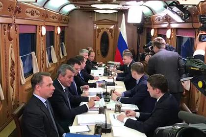 Появилось видео с совещания Медведева в поезде