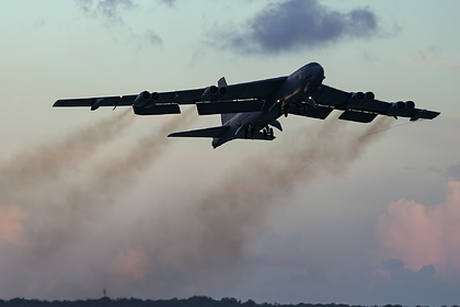 Стратегический бомбардировщик B-52H заискрился