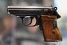 Награжден: бизнесмен Роман Абрамович. <br></br> Walther PPK (в переводе — пистолет криминальной полиции) был разработан как облегченная и укороченная версия модели Walther PP в 1931 году. Один из самых известных, удачных и узнаваемых пистолетов XX века использовался участниками четырех военных конфликтов: в Чакской войне, гражданских войнах в Ливане и Сирии и во Второй мировой войне.  <br></br> Walther PPK состоял на вооружении немецкой полиции, а позднее — армейских и штабных офицеров вермахта. Был наградным оружием высших офицерских чинов Третьего рейха. Лидер нацистской Германии Адольф Гитлер покончил с собой именно из личного Walther PPK.  <br></br> Пистолет обрел всемирную популярность после того, как стал основным оружием агента 007 Джеймса Бонда в романах Яна Флеминга, несмотря на то что в фильмах используется модель PP. Персональным Walther PPK владел и король рок-н-ролла Элвис Пресли.  <br></br Современные версии оснащаются магазином на шесть-девять патронов различного калибра. Максимальная начальная скорость пули составляет 325 м/с (1170 км/ч). Прицельная дальность — 25 метров. Не входит в перечень наградного оружия России.