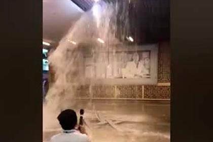 Затопление крупнейшего торгового центра в мире попало на видео