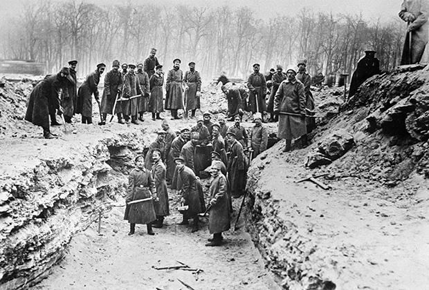 Солдаты готовят могилы для похорон жертв Февральской революции 1917 года на Марсовом поле в Петрограде