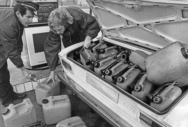 Немецкие автомобилисты запасаются бензином во время глобального топливного кризиса, 1973 год