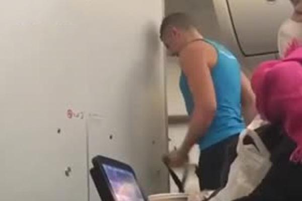 Пассажир самолета с тренажером провел на борту тренировку и попал на видео