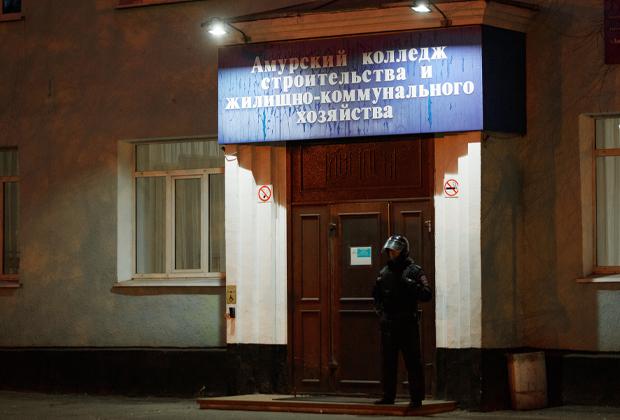Сотрудники правоохранительных органов у здания колледжа в Благовещенске