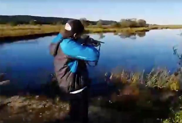 Даниил Засорин учится стрелять из своего нового ружья Иж-81