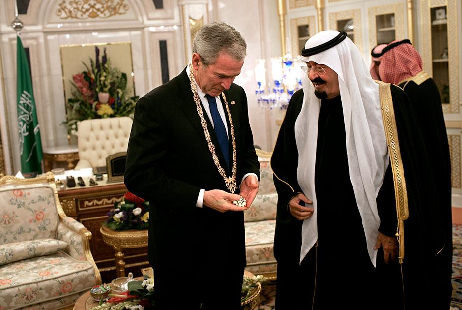 Король не только продемонстрировал Бушу-младшему лошадей, но и наградил его орденом короля Абдул-Азиза