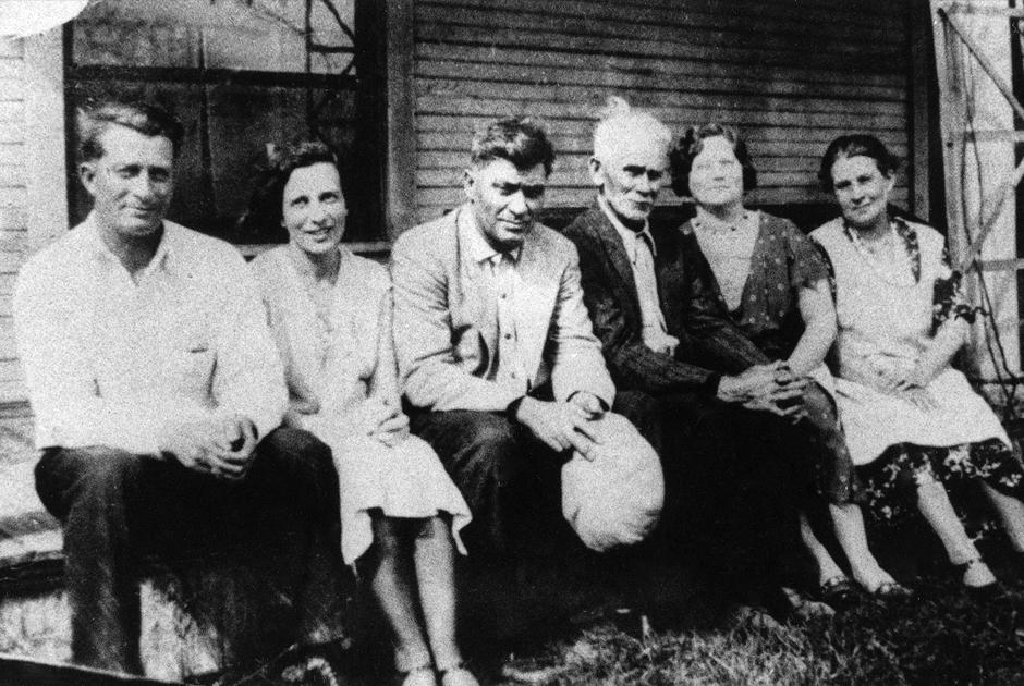 Фотография семьи Джима Джонса. В центре сидят его отец и дедушка. Джонс родился в мае 1931 года в местечке Крит в американском штате Индиана.