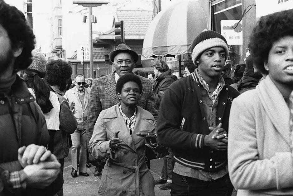 Члены «Храма народов» на митинге в Сан-Франциско в 1977 году.