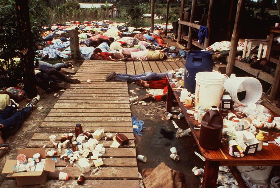 Тела и остатки ядовитого напитка в Джонстауне.