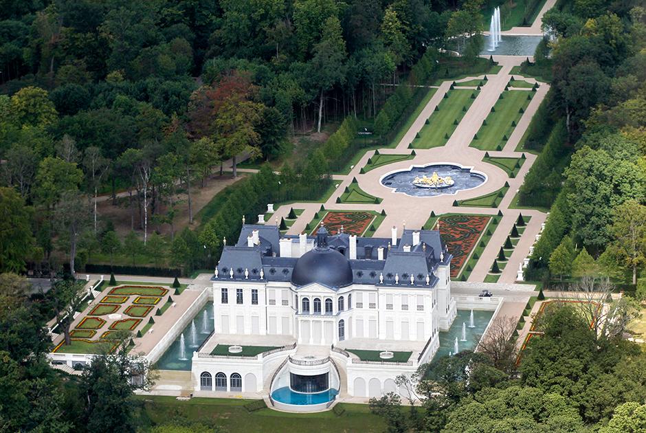 Вид с высоты птичьего полета на шато Луи XIV — французскую резиденцию короля Саудовской Аравии, которая своей стилистикой подражает Версалю